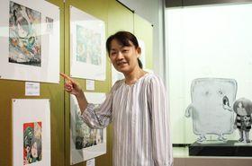 色彩が美しい「ゲゲゲの鬼太郎」の原画を示す原口尚子さん=そごう美術館