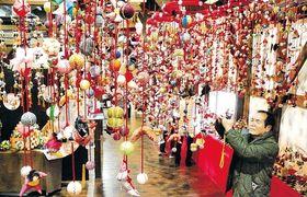 鮮やかなつるし飾りが目を引く会場=大崎市古川の醸室
