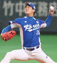プレミア12の日本戦に先発した韓国の金広鉉投手=2015年11月、札幌ドーム