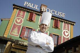 フランス・リヨン近郊のレストランの前に立つポール・ボキューズ氏=2011年3月24日(AP=共同)