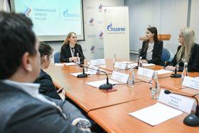 モスクワで開催されたロシア・オリンピック委員会の内部組織で、五輪メダリストらで構成する選手委員会に出席したベリカヤ委員長(左から3人目)ら=11日(タス=共同)
