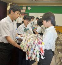 平和への祈りを込めた千羽鶴を中学生に贈る児童=高松市松並町、鶴尾中