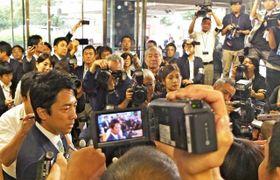 報道陣に囲まれる小泉氏(左)=自民党本部