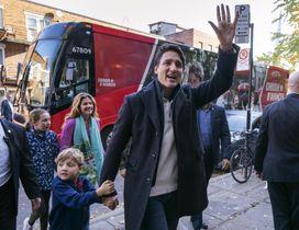 21日、家族と一緒に投票所に向かうカナダのトルドー首相=モントリオール(Paul・Chiasson/カナダ通信提供、AP=共同)