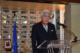 フランスの最高勲章を受け、あいさつする千玄室前家元(東京都港区・フランス大使公邸)