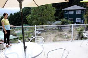 民泊を始めた「里山カフェ HAKU」のオープンテラス。宿泊は隣接するアパート(奥)を使う