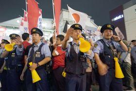 安倍首相の街頭演説の最中、警戒に当たる警察官=20日夜、東京・秋葉原