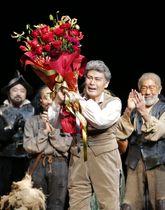 ミュージカル「ラ・マンチャの男」が通算上演1300回を迎え、特別カーテンコールで花束を手にする松本白鸚=21日午後、東京都千代田区の帝国劇場