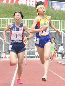 【県高校総体 陸上女子3000メートル】橘の信櫻(左)に競り勝ち、初優勝を飾った白鵬女子の小谷 =三ツ沢公園陸上競技場