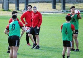 今季のチーム初練習で、選手の動きに目を光らせる神戸製鋼のスミス総監督(中央)