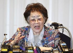 5月25日、韓国・大邱で記者会見する元従軍慰安婦の李容洙さん(共同)