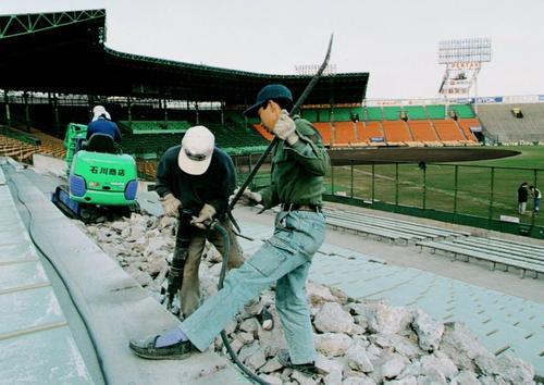 地震でひびが入り、修復工事が行われた甲子園球場のアルプススタンド=1995年