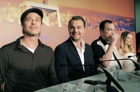 カンヌ国際映画祭で記者会見する(左から)ブラッド・ピットさん、レオナルド・ディカプリオさん、クエンティン・タランティーノ監督=22日、フランス・カンヌ(共同)