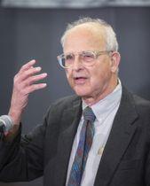 ノーベル物理学賞に決まり喜びを語るレイナー・ワイス氏=3日、米マサチューセッツ工科大(ゲッティ=共同)