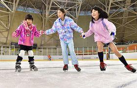 久しぶりの氷の感触に笑顔を見せる子どもたち=20日午前、青森市の盛運輸アリーナ