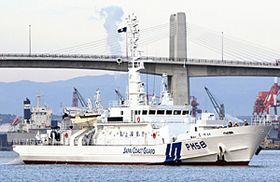 小名浜マリンブリッジをくぐり、小名浜港に入港する巡視船「なつい」