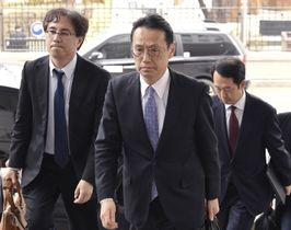 14日、ソウルでの日韓外務省局長会談のため、韓国外務省に入る金杉憲治アジア大洋州局長(中央、共同)