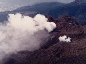 九十九島火口(中央)と地獄跡火口(右)から噴煙を上げる普賢岳=1990年11月17日
