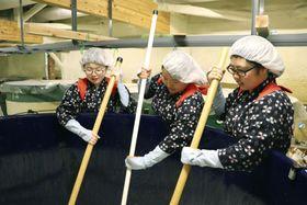 全国47都道府県のコメを使った日本酒の仕込み作業をする地元の高校生=26日午前、福島県会津坂下町