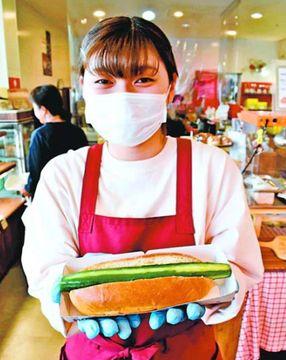 キュウリ丸ごと1本「ドッグ」いかが 徳島・海陽町のパン店、特産PRへ発売