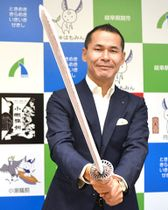 あずきバー日本刀を構える尾関健治市長=関市役所