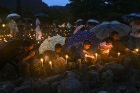 京都市右京区の化野念仏寺で始まった無縁仏を供養する京都の風物詩「千灯供養」=23日夕