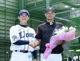 西武の松井2軍監督(左)と握手するロッテ・福浦=埼玉県所沢市