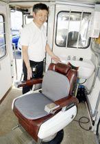 「移動理美容車」で避難生活者に洗髪サービスを提供する竹内さん=藍住町勝瑞