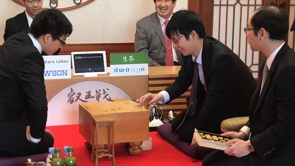 検分する高見泰地叡王(右)と永瀬拓矢七段