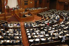 カジノを含む統合型リゾート施設整備法が成立した参院本会議=20日午後