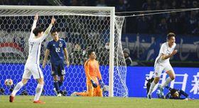 日本―韓国 後半、4点目のゴールを許したGK中村(中央)=味スタ