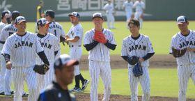 本県合宿でリラックスした表情を見せる山本由伸投手(右から2人目)ら日本代表=22日午前、宮崎市・サンマリンスタジアム宮崎