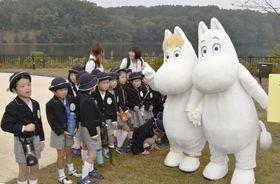 来場した幼稚園児と触れ合うムーミン(右端)=9日午前、埼玉県飯能市
