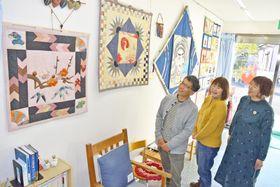 故・武田和子さんのパッチワークキルトが並ぶ作品展(佐川町甲)