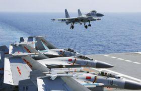 中国国営新華社が4月17日に配信した、空母「遼寧」で訓練する艦載機(新華社=共同)