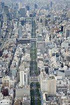 大阪市街。中央は御堂筋=2017年