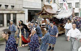 「やーやー」と声を上げながら御神船「両宮丸」を引き回す男衆=20日午後、静岡県熱海市