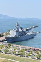 高松港に入港した掃海母艦「うらが」=高松市サンポート