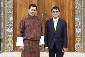 ブータンのワンチュク国王(左)を表敬した河野外相=23日、ティンプー(共同)