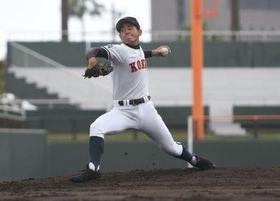 西日本短大付―興南の2回、力投するエースの宮城大弥=26日、鹿児島市の平和リース球場
