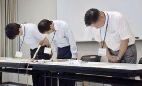 記者会見で謝罪する静岡県富士宮市の選管職員=23日午後