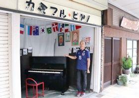 ストリートピアノを前に、「弾く人も聞く人も笑顔になってほしい」と話す広瀬章さん=新潟市中央区