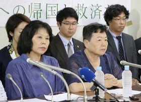 北朝鮮政府を提訴後、記者会見する川崎栄子さん(手前右)ら=20日午後、東京・霞が関の司法記者クラブ