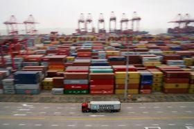 上海の港で出港を待つ貨物コンテナ=4月(ロイター=共同)