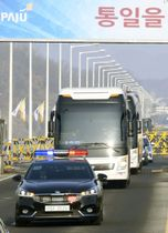 北朝鮮の視察団や関係者を乗せ、韓国・坡州を通過しソウルに向かう車列=21日(共同)