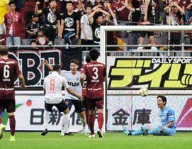 神戸-FC東京 前半、FC東京の橋本(左から3人目)に3点目のゴールを許し、落胆するGK飯倉(右端)ら神戸イレブン(撮影・中西幸大)