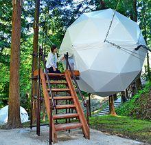 グランピング施設として風の国で新たに設置された木立の間にワイヤーでつられた球体テント