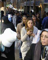 ヘジャブを着用した女性が行き交う街頭=2月、テヘラン(共同)