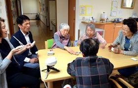 対話支援スピーカー「コミューン」を使ってかるたを楽しむ入所者たち=5月、福岡市東区