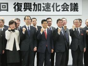 「復興加速化会議」を終え、記念撮影する石井国交相(中央)ら=16日、仙台市
